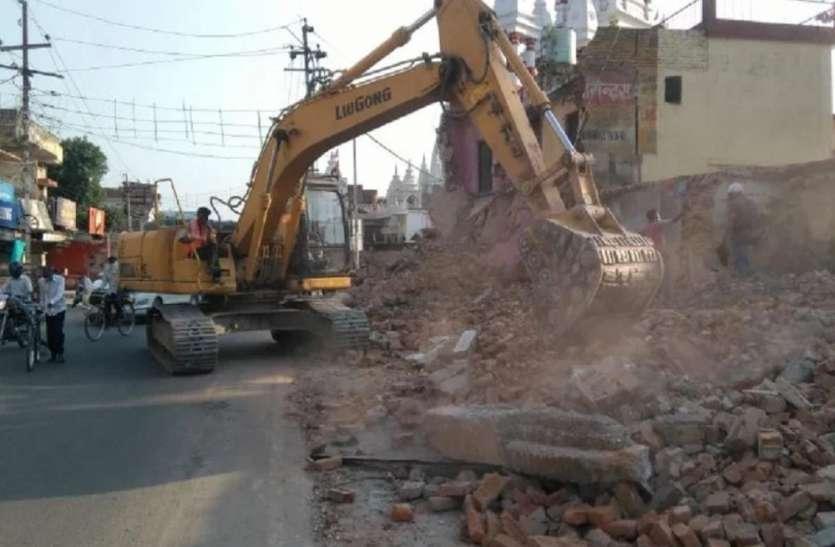 सीएम योगी ने पेश की नजीर, निर्माण कार्य में आड़े आ रहे अपने ही मंदिर की गिरवाई दीवार