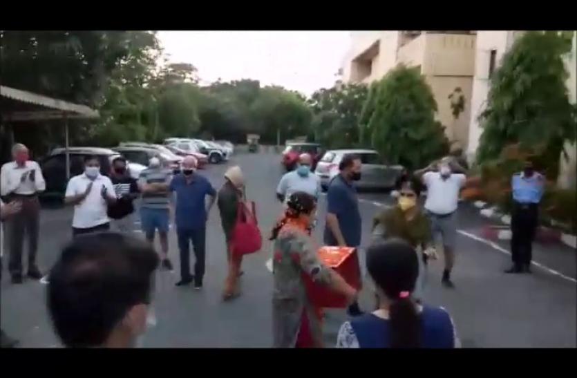 Noida: नर्स पहुंचीं घर तो बजने लगे शंख और बरसने लगे फूल