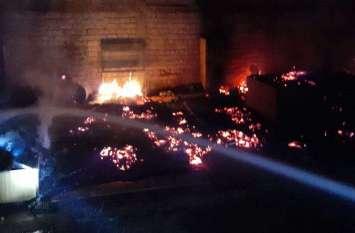 फोटोगैलरी :मि€चर फै€ट्री में आग, लाखों का समान खाक
