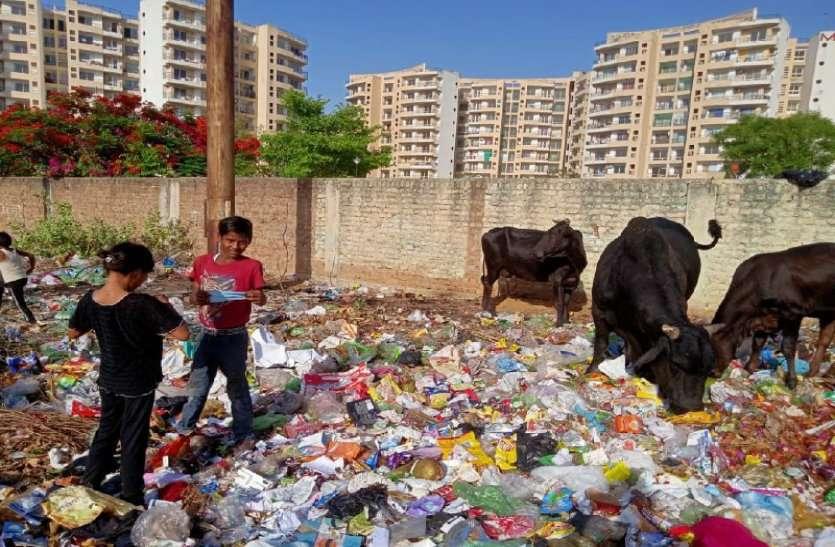 अंकल! भूख लग रही है, खाना ढूंढ रहे हैं, उठा लेने दो प्लीज, भिवाड़ी शहर की है यह दुखद तस्वीर