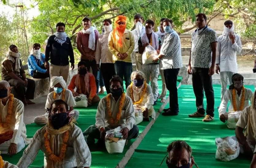पूर्व मंत्री हरिमोहन शर्मा की पहल पर पुजारियों का सम्मान, बांटा राशन