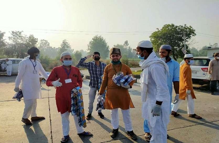 ईद की तैयारी छोड़ प्रवासियों की मदद कर रहे हैं रोजेदार