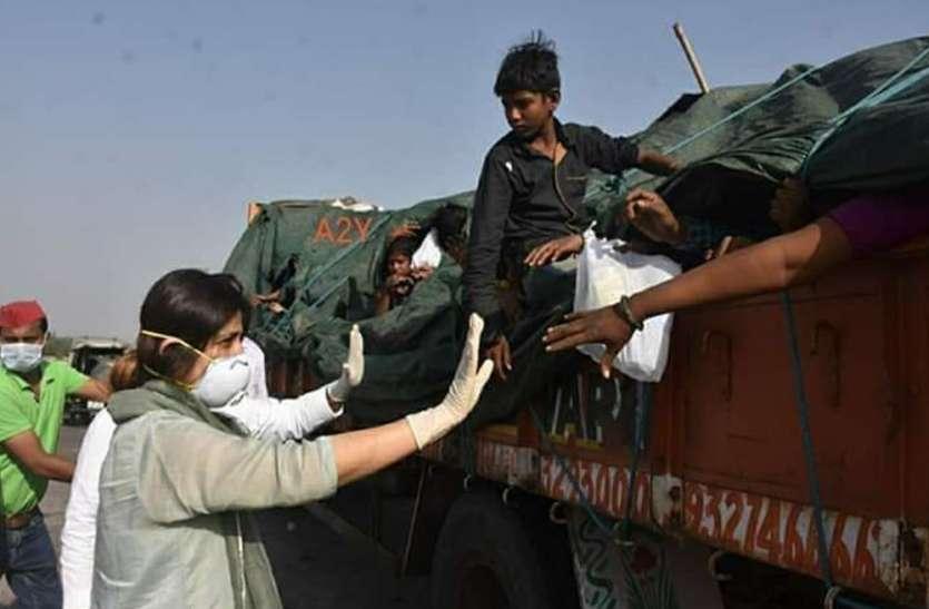 मुलायम सिंह यादव की बहू ने वापस आ रहे प्रवासियों में बांटा भोजन-पानी, देखें वीडियो