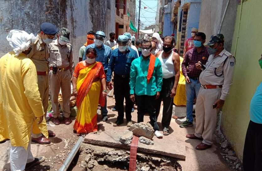 जबलपुर के उडिय़ा मोहल्ला गुरंदी में 100 साल पुराने चेम्बर तोड़े, 3 दिन से भर रहा था पानी: देखें वीडियो
