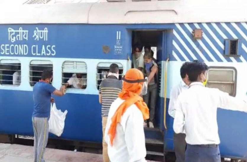 प्रवासी मजदूरों को लेकर Railway Station पहुंची Special Train, दिखा त्योहार जैसा नजारा