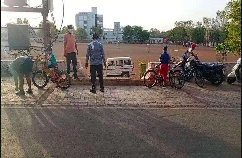 शिवपुरी के पोलोग्राउंड में मॉर्निंग वॉक वालों को भगा रही पुलिस, घूमने वाले नाराज