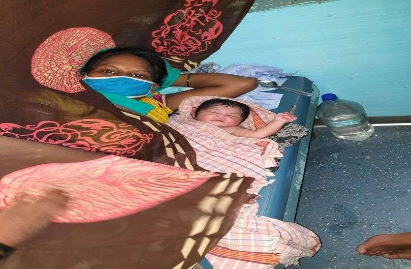 चलती ट्रेन में महिला ने दिया नवजात को जन्म