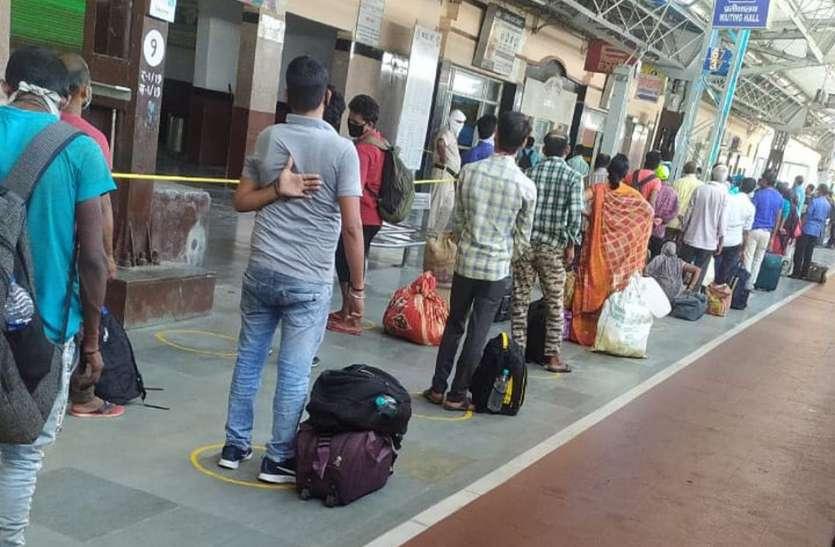 आखिर 60 घंटे बाद मऊ स्टेशन पर पहुंची श्रमिक स्पेशल ट्रेन