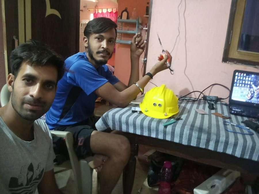 Video: मप्र के लड़कों ने बनाया सोशल डिस्टेंसिंग हेलमेट, पास होते ही करेगा अलर्ट