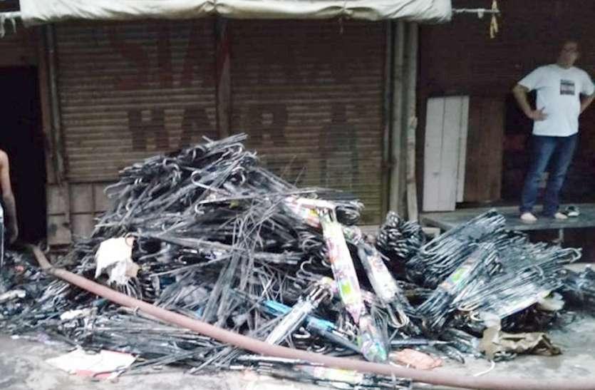 कानपुर मूलगंज चौक बाजार के एक गोदाम लगी आग से मचा हडक़ंप