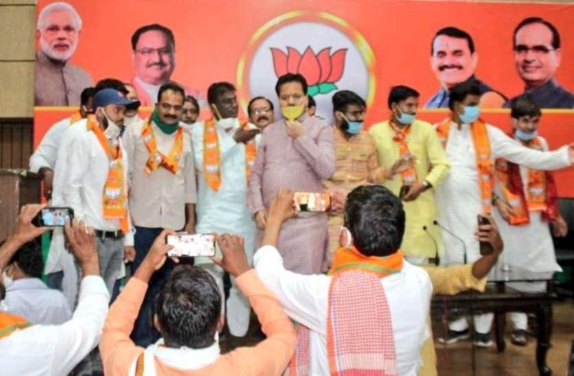 उपचुनाव: 200 कांग्रेस कार्यकर्ताओं ने पार्टी छोड़ी, सदस्यता दिलाने के लिए सोशल डिस्टेंसिंग भूली बीजेपी