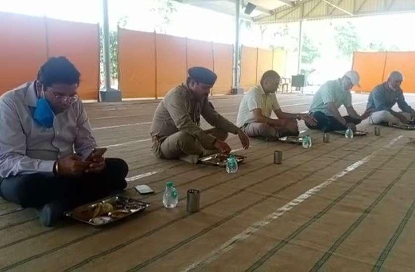 डीएम-एसएसपी के अलावा तमाम अफसरों ने फर्श पर बैठकर किया भोजन, जांची कम्युनिटी किचनकी गुणवत्ता