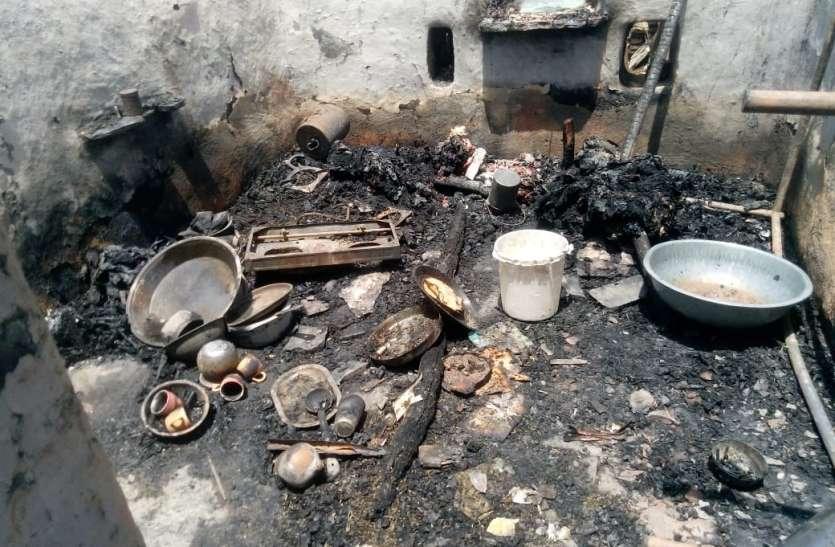पांच घरों में लगी आग से घरेलू सामान व नकदी राख