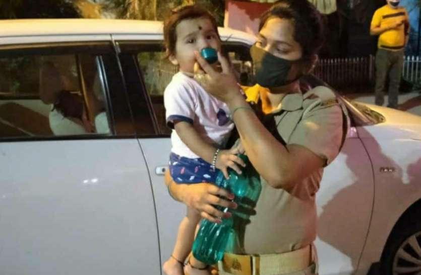 गोद में 10 माह की बेटी फिर भी महिला कॉन्स्टेबल कर रही शिद्दत से ड्यूटी