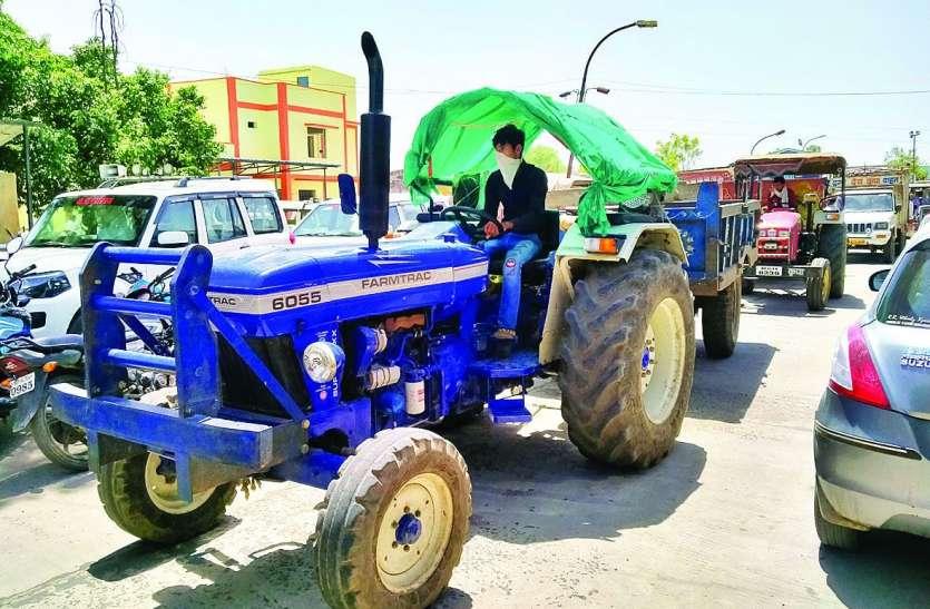 कृषि उपज मंडी में किसान बड़ी संख्या में उपज लेकर पहुंच रहे