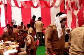 पुलिस अधिकारियों ने जवानों के साथ एक टेबल पर खाया खाना, वजह जानकर चौंक जाएंगे आप