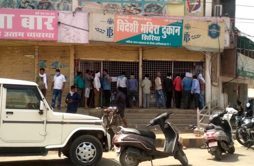 शराब दुकानों के बंद होने की सूचना पर टूटी भीड़, पुलिस को संभालना पड़ा मोर्चा