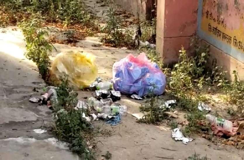 Shamli: कोरोना संक्रमित का बचा हुआ खाना और पीपीई किट नोच रहे कुत्ते, डीएम ने दिए जांच के आदेश