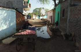 सड़क निर्माण के साथ नहीं किया नालियों का निर्माण, घरों के सामने भरा रहा दूषित पानी