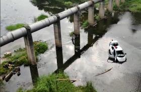 ड्राइवर की छोटी सी गलती से नदी में गिरी कार, एक ही परिवार के कई लोगों ने गंवाई जान