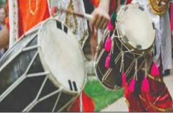 Bulandshahr CDO बोलें-टिड्डियों से बचाव के लिए बजाओ तेज आवाज में डीजे और ढोल-नगाड़े