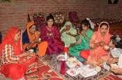 ईद पर महकी खुशियों की मिठास, लोगों ने घरों पर की नमाज अदा, देखें फोटो में