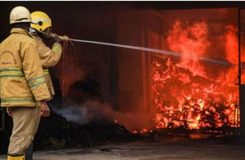 दिल्ली: केशवपुरम इलाके की फुटवियर फैक्ट्री में भीषण आग, मौके पर पहुंची 23 फायर टेंडर
