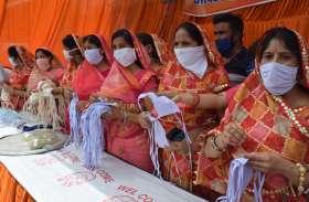 जैन समाज की महिलाओं द्वारा मास्क व सैनिटाइजर वितरण