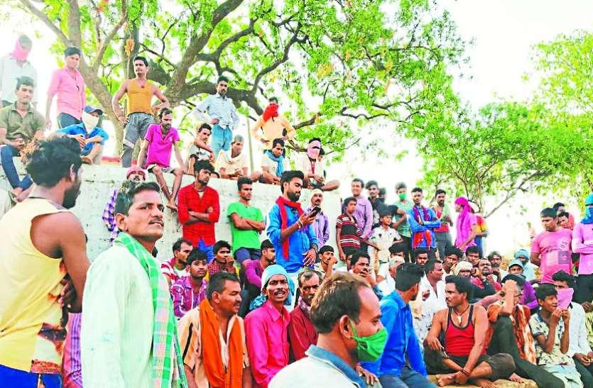 कुर्रा के ग्रामीणों ने किया मनरेगा का बहिष्कार, मजदूरी कटौती का मामला गरमाया