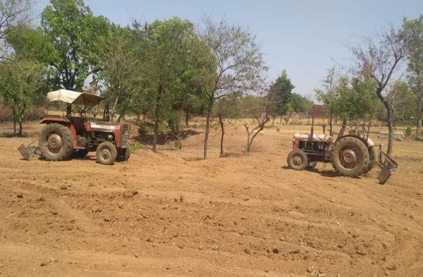 ग्राम पंचायत कुर्राई में मजदूरों की जगह ट्रैक्टरों से हो रहा था काम