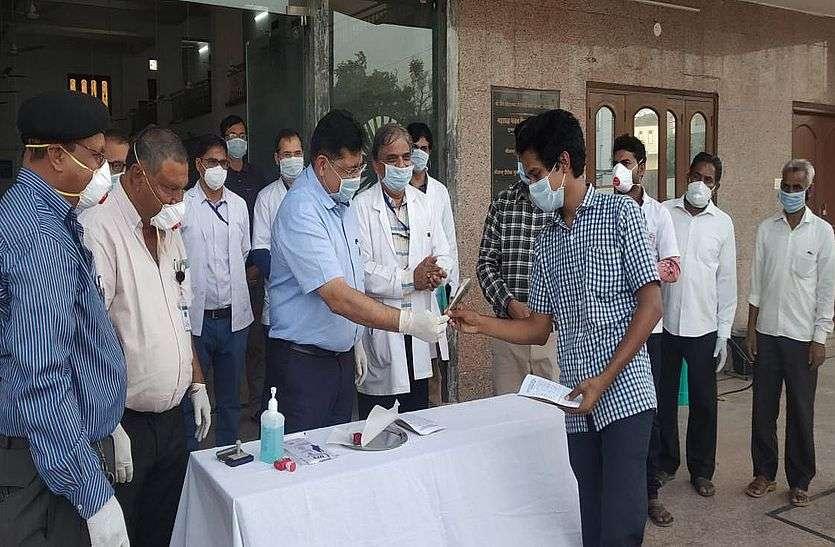 वायरस फ्री हुए 6 व्यक्तियों को किया डिस्चार्ज