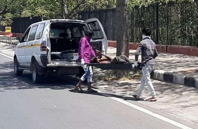 साढ़े चार घंटे फुटपाथ पर पड़ा रहा शव, पुलिस, जिला प्रशासन और नगर निगम एक-दूसरे पर रहे टालते