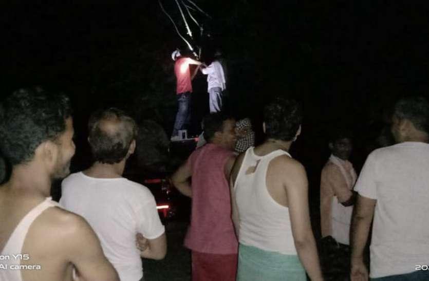 6 दिन से बिना बिजली रात काट रहे लोग, नहीं हो रही सुनवाई