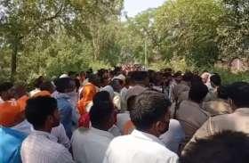 Bijnor: घंटों बिजली के खंभे पर लटका रहा कर्मचारी का शव, लोगों ने किया जमकर हंगामा