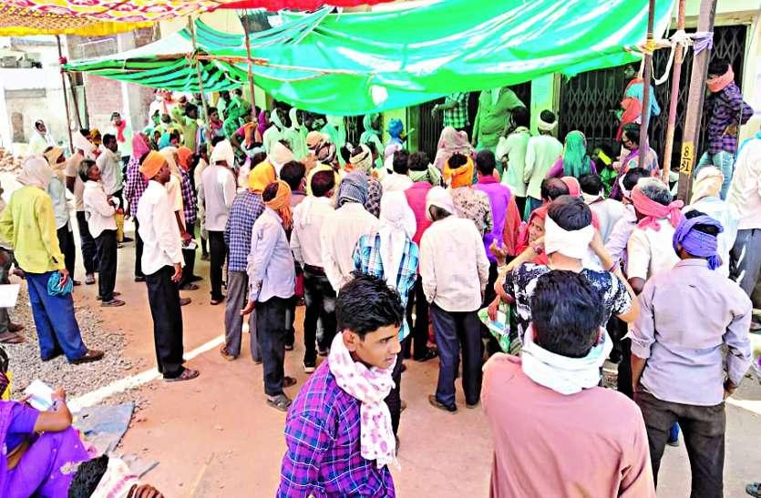 धान खरीदी अंतर की राशि निकालने व केसीसी लोन के लिए बैंकों में लग रही किसानों की भीड़