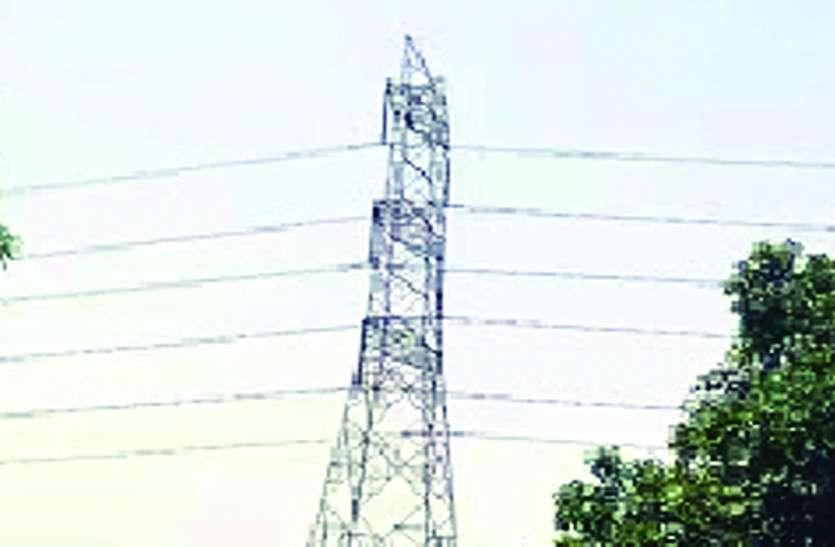 मासूम बेटी को देख टॉवर से नीचे उतरा ग्रामीण, फिर गोद में लेकर कुएं में फेंकने के लिए दौड़ा, पुलिस ने दौड़कर बचाई मासूम की जान