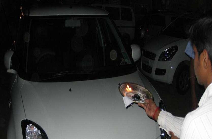 गुरु पुष्य पर दिखी बाजारों में ग्राहकों की रौनक, वाहनों की हुई बुकिंग