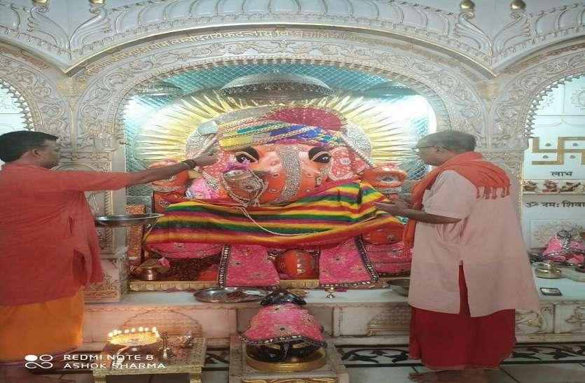 भगवान गणेश का हुआ पंचामृत अभिषेक, फूल बंगले में किया  विराजमान