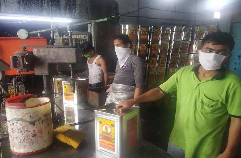 सरसों का मिलावटी तेल पैक कर बाजार में बेचने वाली दो फर्मों पर कार्यवाही