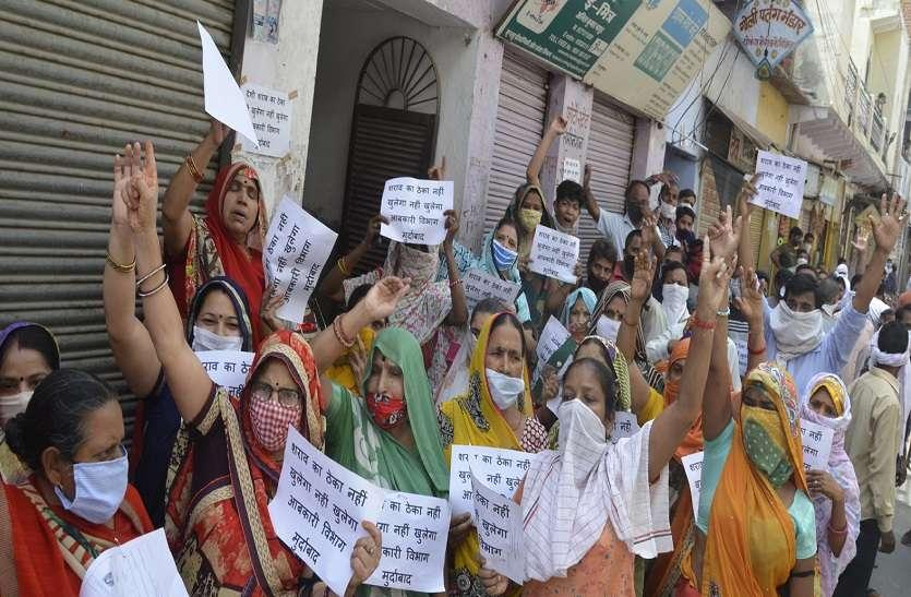 महिला बोलीं: अगर मंदिर के पास ठेका खुला तो नहीं बिकने देंगे शराब