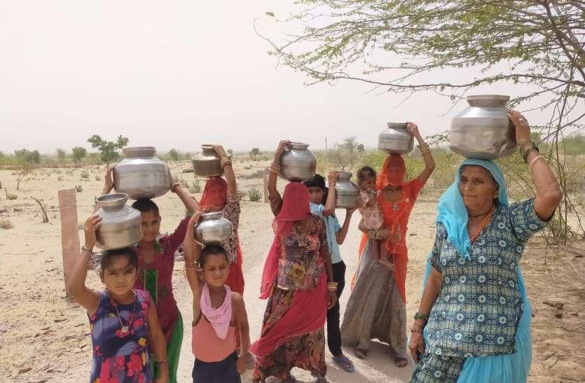दो वर्षों से जलापूर्ति बंद, पानी के लिए दर-दर भटक रहे ग्रामीण