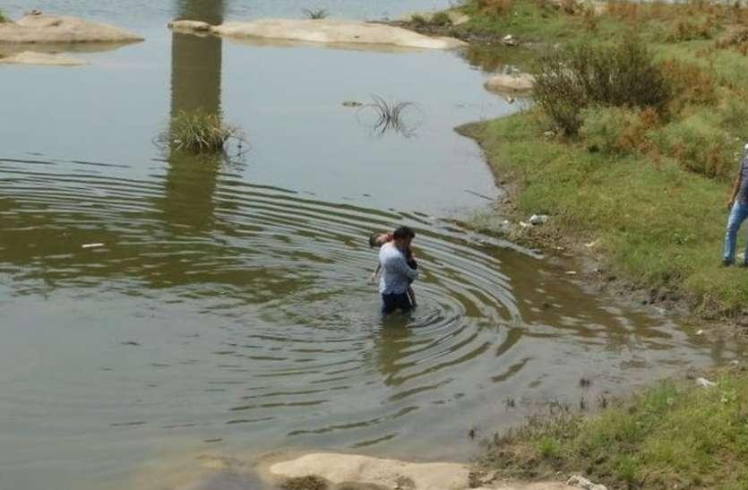 बेटे की नदी में डूबने से मौत, घटना बताने थाने पहुंचा पिता, पुलिस ने पिता को हिरासत में लिया