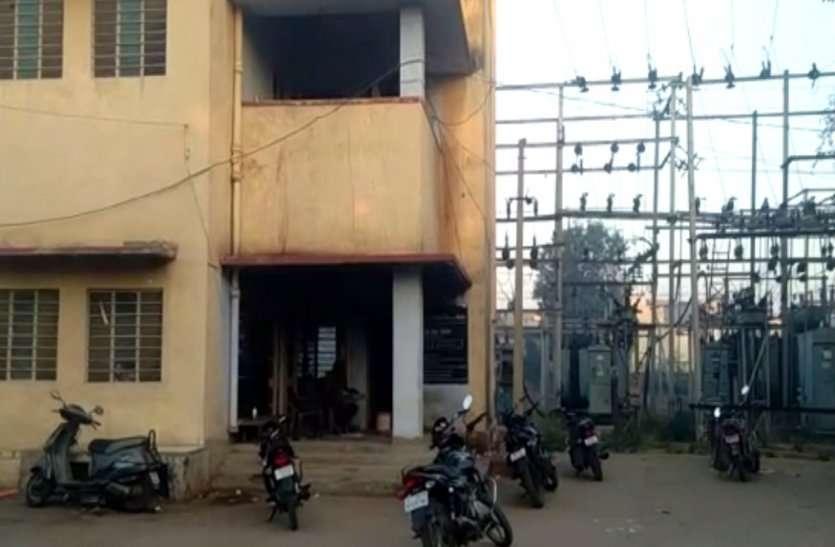 रात भर लाइट नहीं आई तो लोगों ने बिजली घर पर बोला हमला, कर्मचारियों से की मारपीट, भागकर बचाई जान