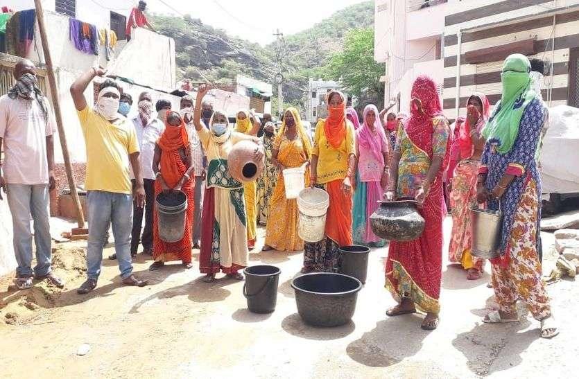 घरों में नहीं पहुंचता पानी, प्रदर्शन कर की नारेबाजी