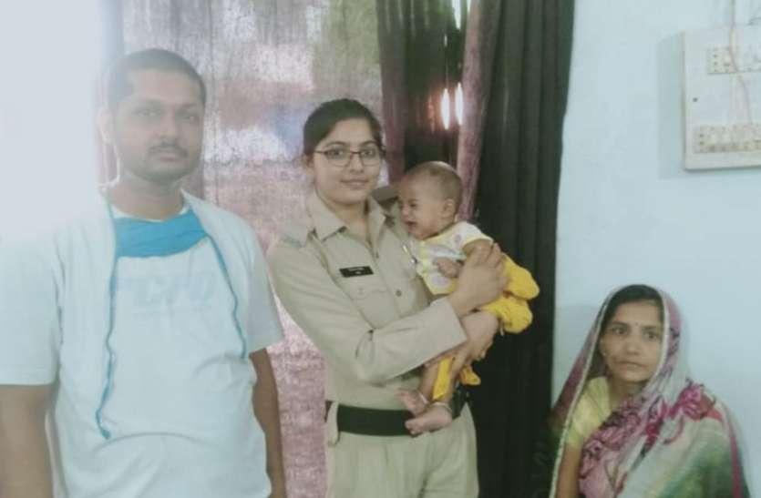 दूधमुंहे बच्चे को लेकर घूम रही महिला को पुलिस ने परिजनों के पास पहुंचाया