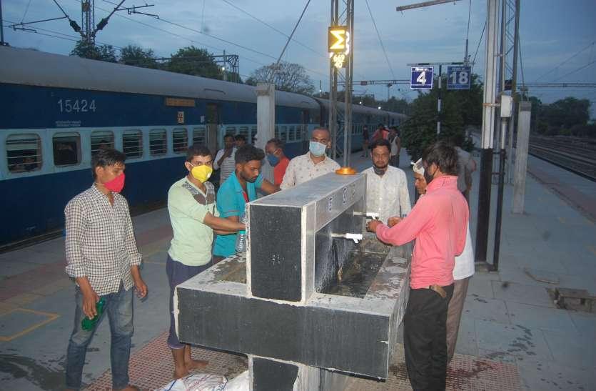 पहली ट्रेन से रवाना हुए पांच यात्री, पंद्रह स्टेशन पर उतरे