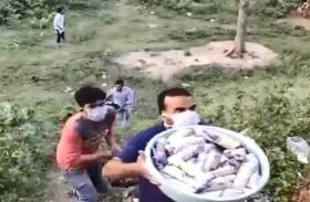 प्रवासियों की बेबसी देखकर ग्रामीणों ने यूं की मदद, हर तरफ हो रही प्रशंसा