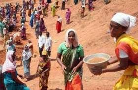 मनरेगा के इंजीनियर व रोजगार सहायिका के खिलाफ ग्रामीणों ने खोला मोर्चा, 50 रुपए कम मजदूरी देने से भड़ेक श्रमिक पहुंचे थाने