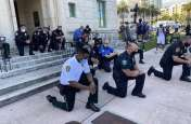 George Floyd Death: गुस्साई भीड़ को शांत करने के लिए घुटनों पर बैठे पुलिसकर्मी, घटना पर शोक प्रकट किया