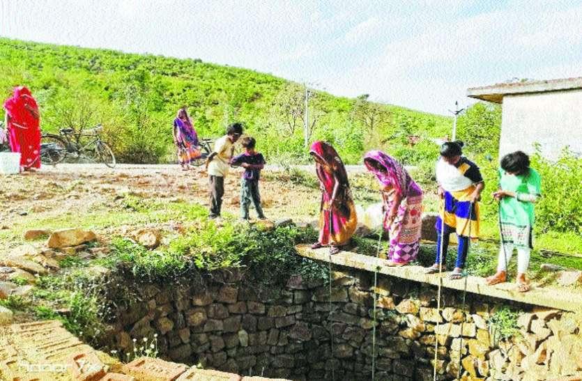 यहां कुएं का मटमैला पानी पी रहे ग्रामीण